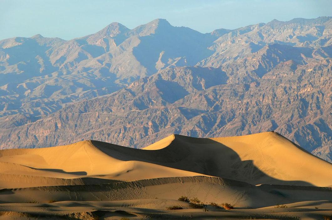 Im Death Valley fühle ich mich ganz klein vor den Sanddünen und den Felsenmassiven. (Größenvergleich: rechts auf der Spitze der Düne sitzen 2 Menschen)