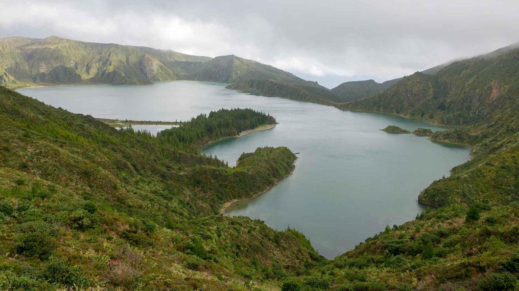 Der Kratersee Lago de Fogo - ein toller Wanderweg führt vom Aussichtspunkt runter zum Wasser