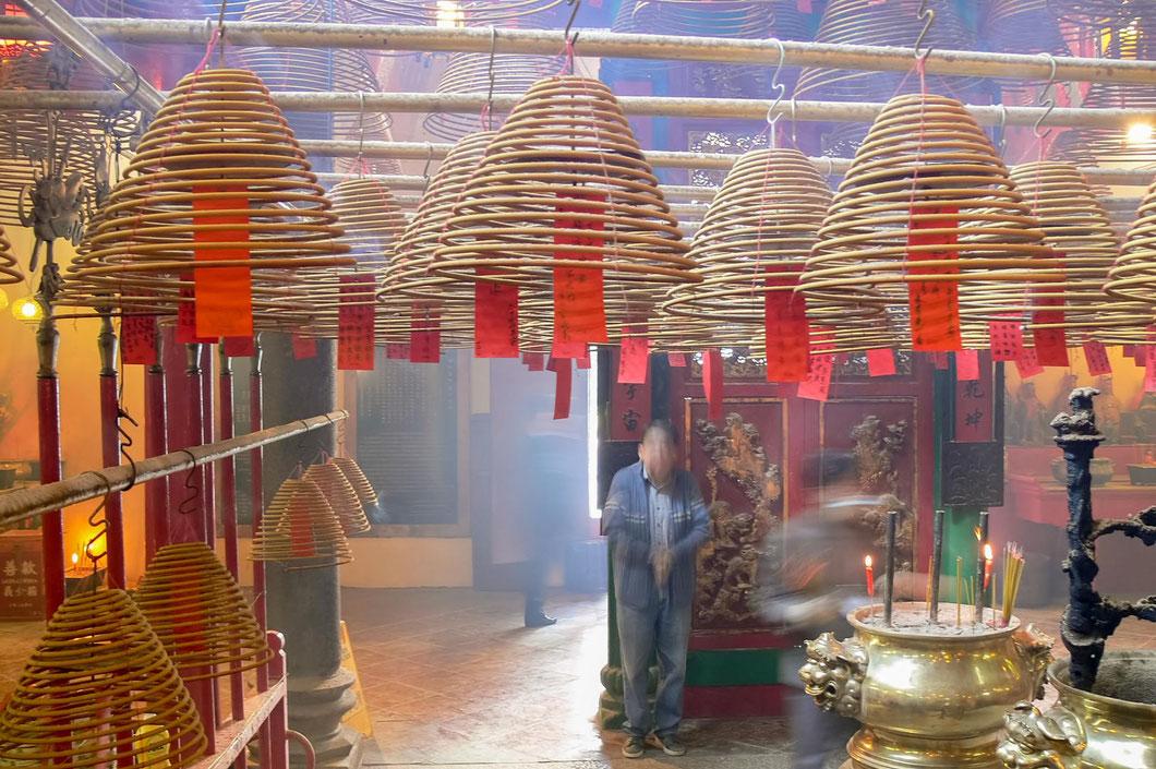 Räucherstäbchen mit guten Wünschen im Hong Konger Man Mo Tempel