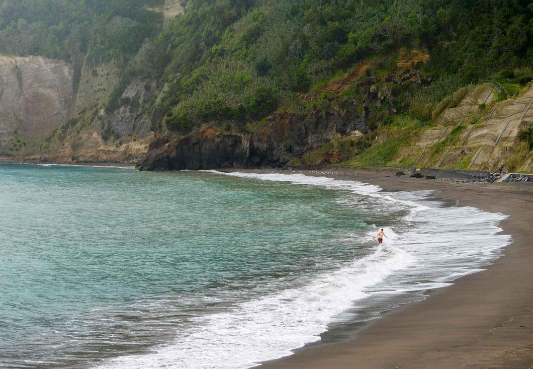 schwarzer Vulkansand - Praia do Fogo an Sao Miguels Südküste