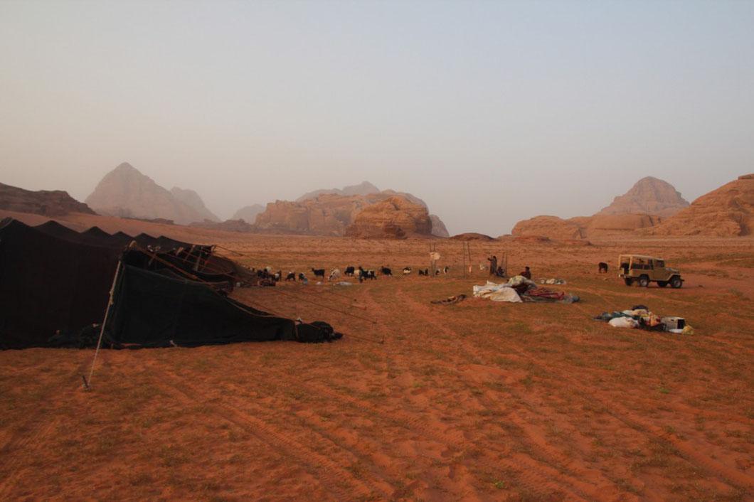 Unser Camp links das Zelt, mit Schlaf, Wohn- und Kochkammern, rechts alles was die beiden Nomaden besitzen.