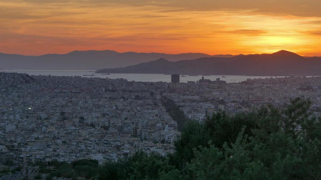 Während sich alle auf die Akropolis konzentrieren, drehe ich mich einmal um und erlebe den fantastischen Sonnenuntergang über dem Mittelmeer