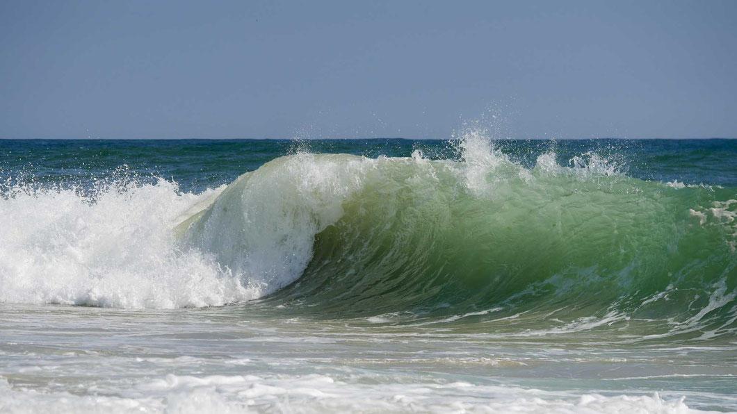 Selbst im Februar können wir schwimmen gehen - wenn wir es hinter die gewaltigen Wellen schaffen...