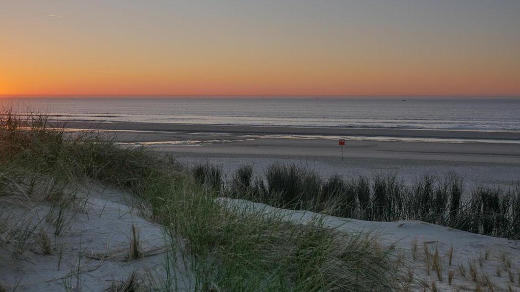 Norderney - Lichtstimmung an den Dünen des menschenleeren Strandes an der weißen Düne