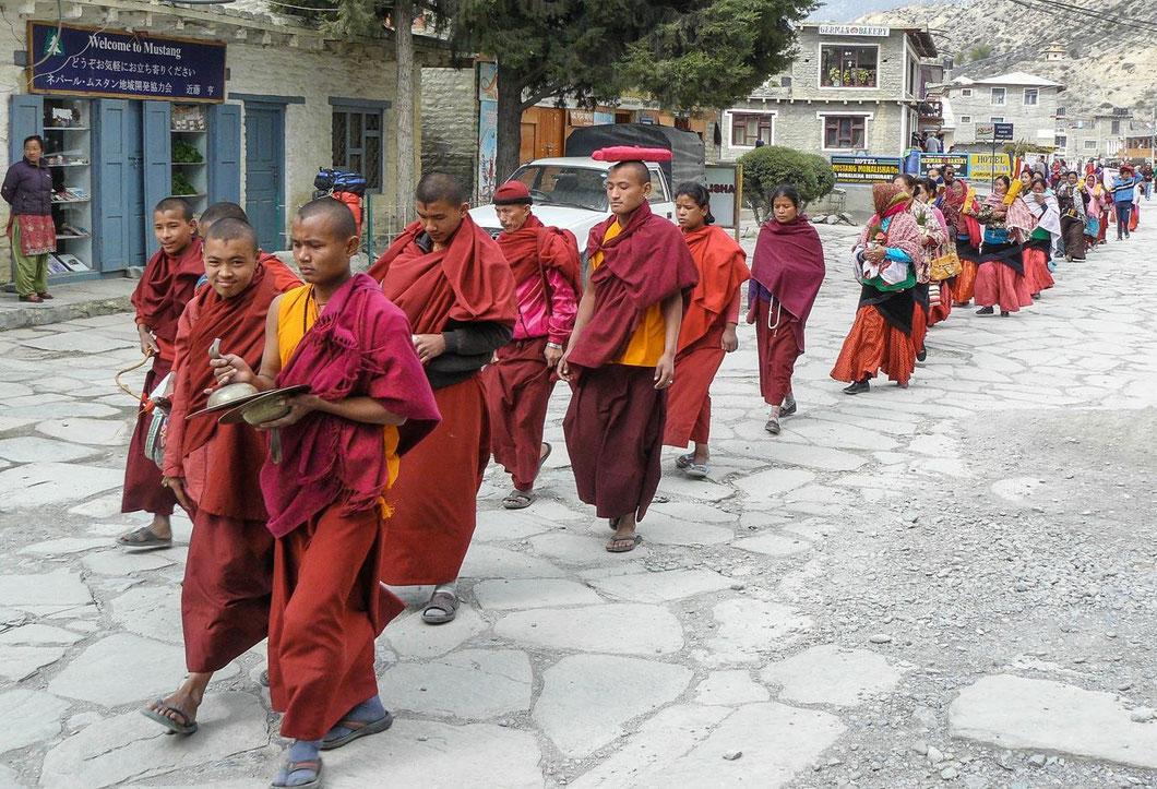 Tibetische Mönche demonstrieren gegen die Besetzung ihres Landes durch die Chinesen
