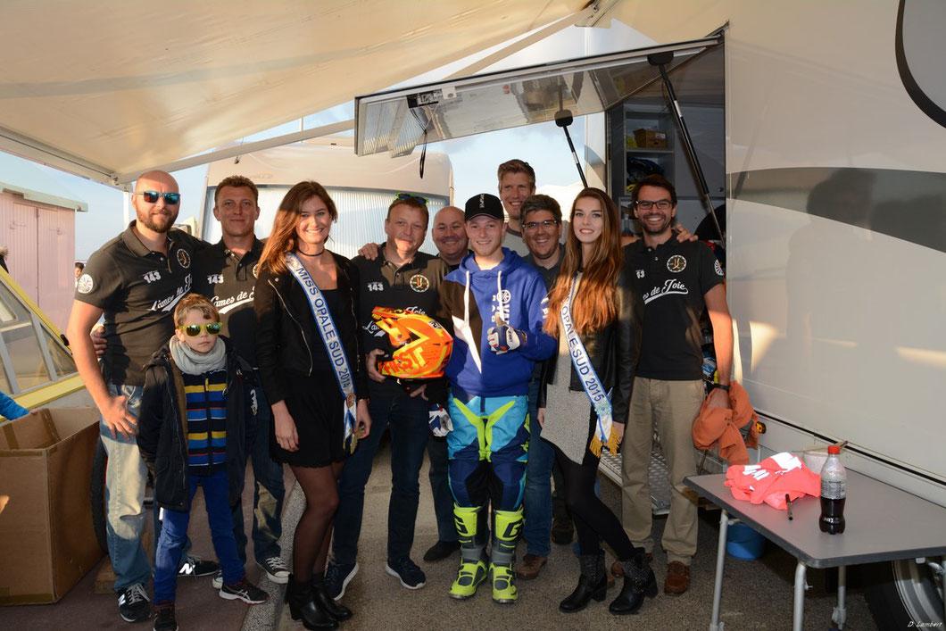 """Cindy, Lucie, l'association """"Lames de Joie"""" et le vainqueur moto du Beach Cross 2016 - Axel Van De Sande"""