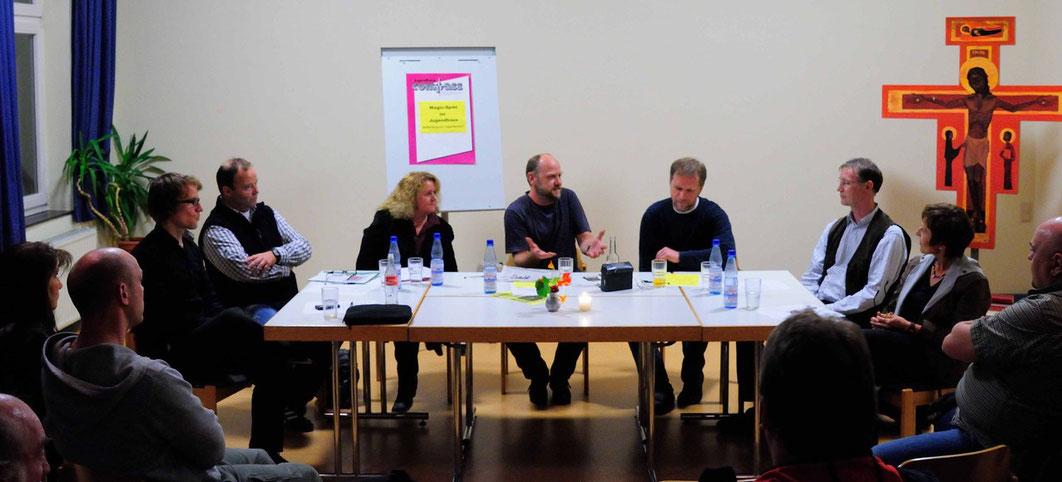 Gespräch über den Jugendschutz: Thomas Graf (v.l.n.r.), Oliver Bein, Ute Wieder, Markus Klonk (Gesprächsleitung), Martin Wieder, Dieter Schmitz und Pfarrerin Elke Kirchhoff-Müller (Foto: Karl-Günter B