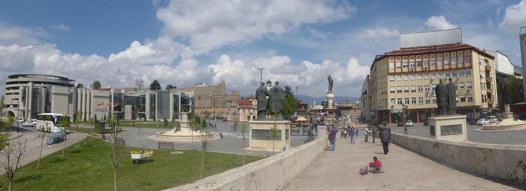Die Sicht von der Steinbrücke zum osmanischen Teil der Stadt wurde bewusst durch Heldenfiguren unterbrochen.