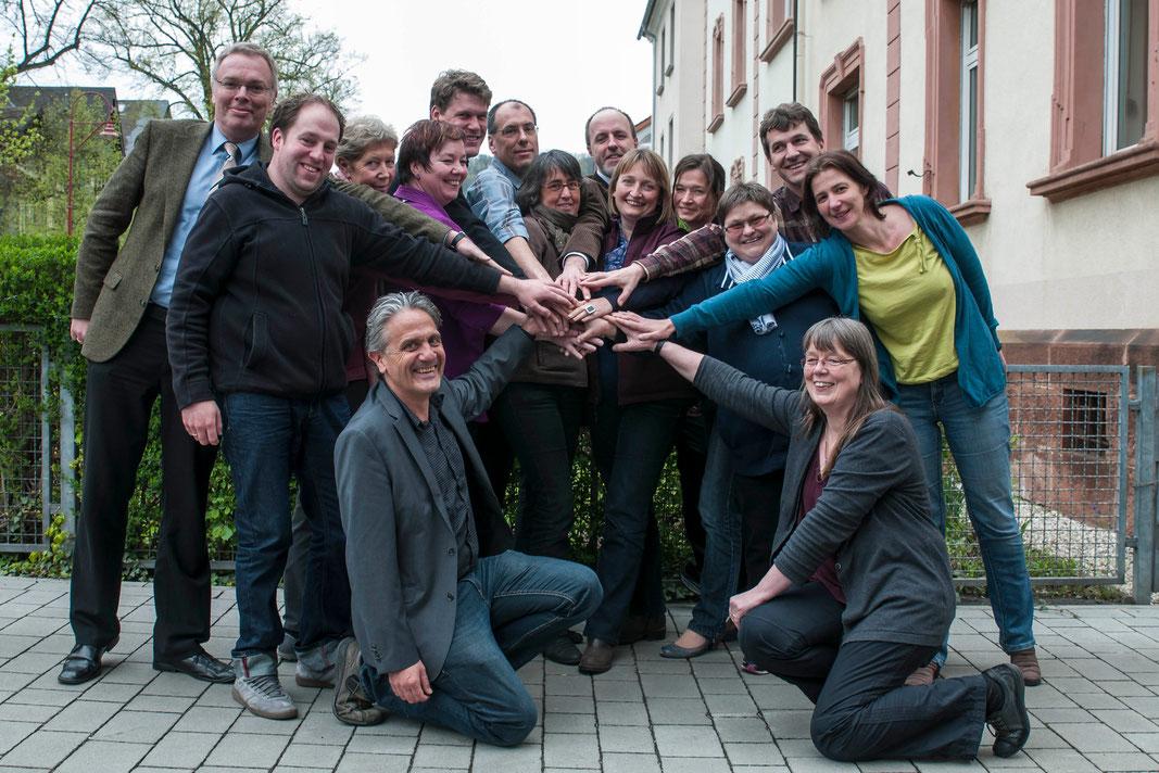 Das Engagement von Freiwilligen soll professioneller werden. Anneke Gittermann (5.v.r.), Freiwilligenkoordinator Mike Bodenstein (vorne links) und Dekan Burkhard zur Nieden (links) luden zur Auftaktveranstaltung (Foto: Karl-Günter Balzer)