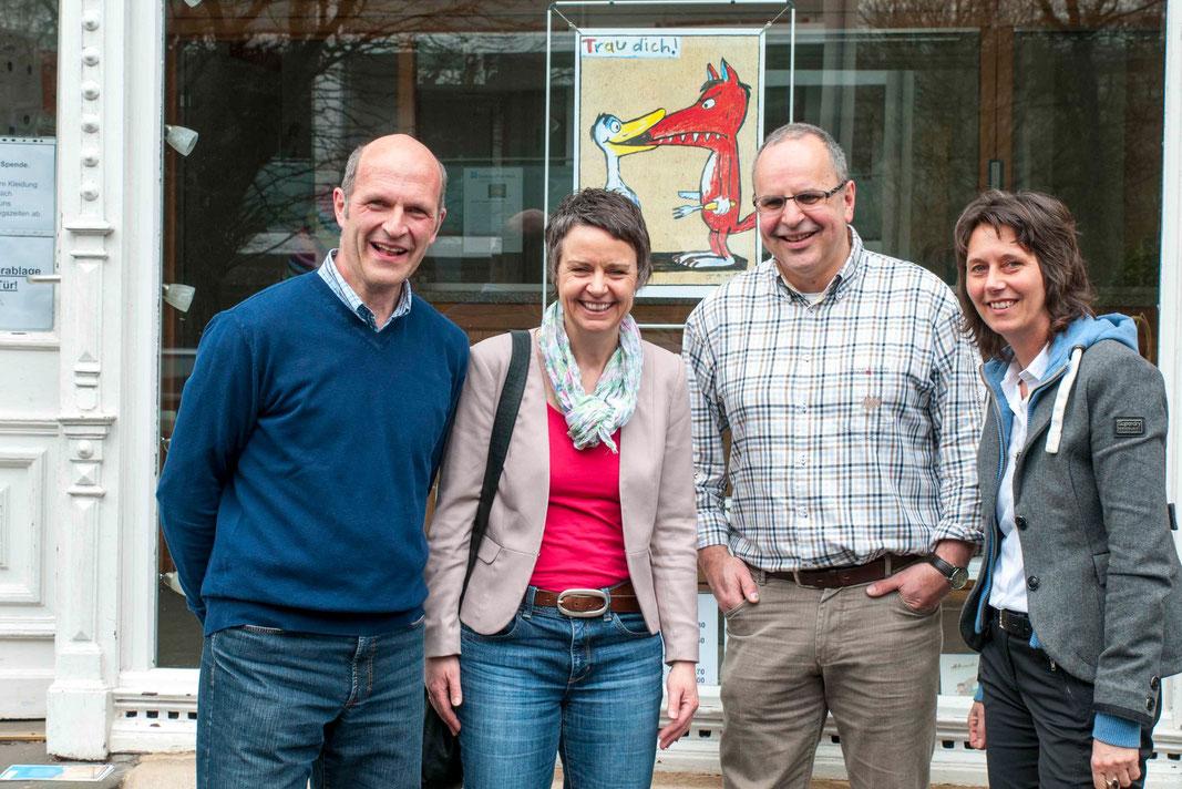 Vor der Zentrale des DWO Helmut Kretz (vlnr.), Landrätin Kirsten Fründt, Diakoniepfarrer Ulrich Kling-Böhm, Simone Söhrlich (Fotos: Karl-Günter Balzer)