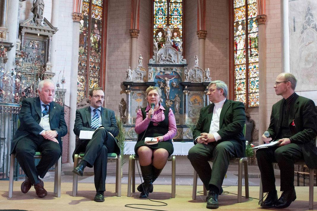 Podiunsdiskussion: Pfr. Guiseppe Platone (Mailand/Italien), Prof. Dr. Sándor Fazakas, Janka Adameova, Pfr. Ingmar Kurg, Moderator Pfr. Oliver Uth (Foto: Karl-Günter Balzer)