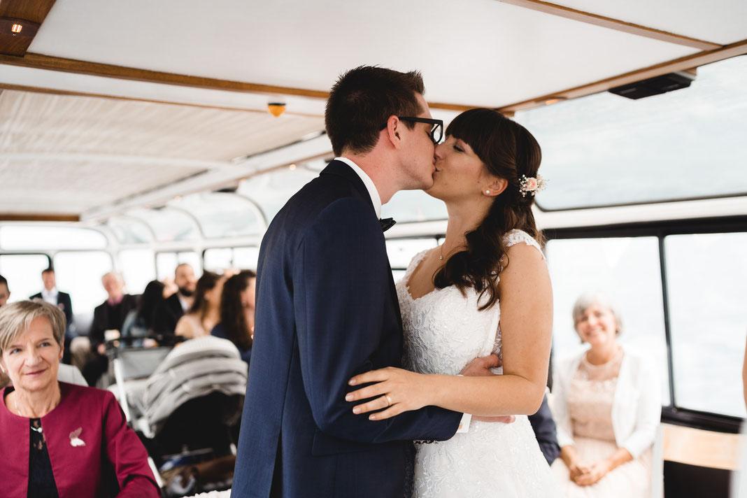 Brautpaar küsst sicht