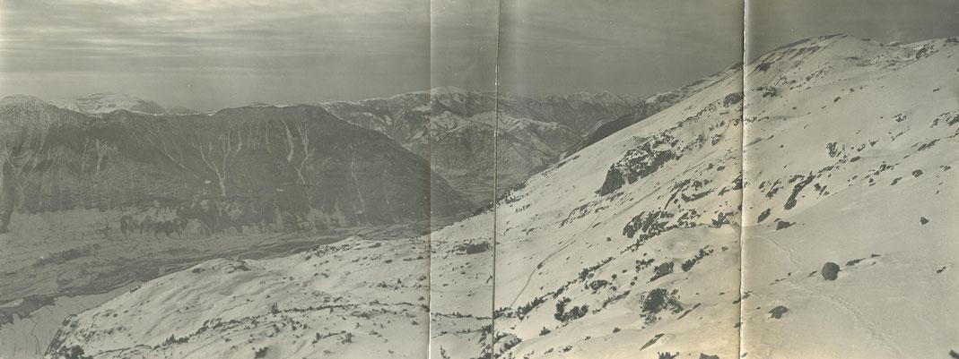 Blick aus den österreichischen Stellungen auf den Cukla-Hang. Im linken Bildrand die Fußspuren der Gebirgsschützen im Schnee. Sammlung isonzofront.de