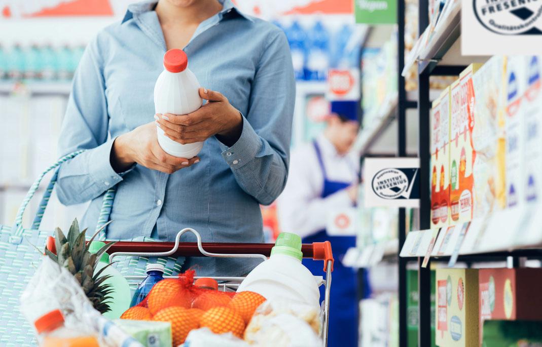 Das Etikett auf einem Produkt gibt Auskunft über die enthaltenen Zutaten, wenn man es richtig zu interpretieren weiß. Foto: djd/SGS/stokkete-Fotolia