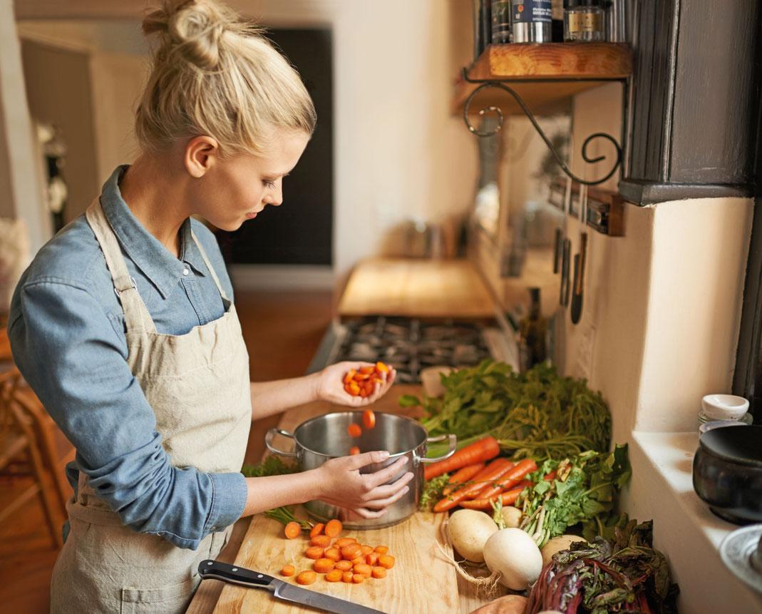 """Hände weg von verarbeiteten Lebensmitteln, in die Küche kommen nur frische, natürliche Zutaten: So lautet die wohl wichtigste Grundregel für den Ernährungstrend """"Clean Eating"""". Foto: djd/MediaMarkt/Getty Images/PeopleImages"""