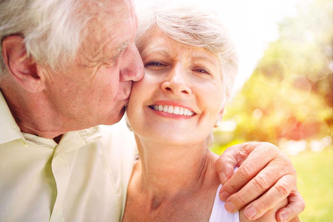 Von der Kontoführung bis zur Erbschaft: Ältere, unverheiratete Paare haben in Sachen Finanzen viele individuelle Regelungen zu treffen. Foto: djd/Deutscher Sparkassenverlag