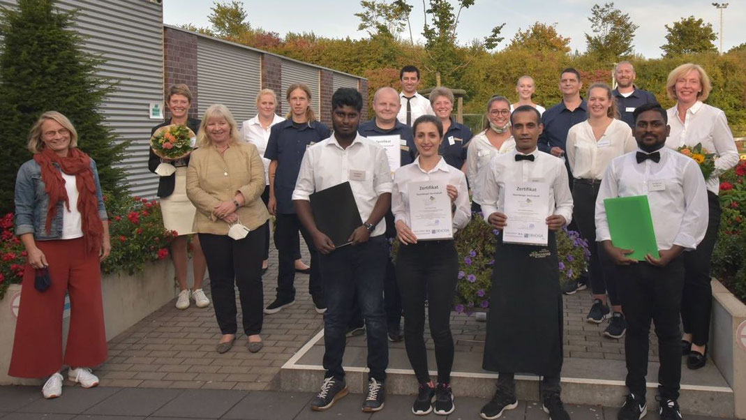 16 Teilnehmerinnen und Teilnehmer haben erfolgreich den Intensivkurs für Baumberger Servicekräfte absolviert. Foto: Allgemeine Zeitung