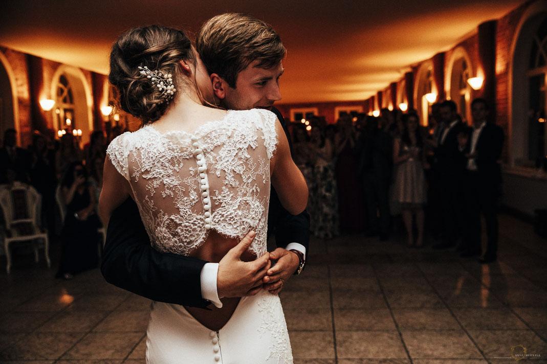 Emotionales Foto vom Eröffnungstanz bei der Hochzeit / Fotografin: Anne Hufnagl