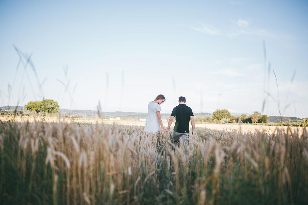 Pärchenfotos im Weizenfeld