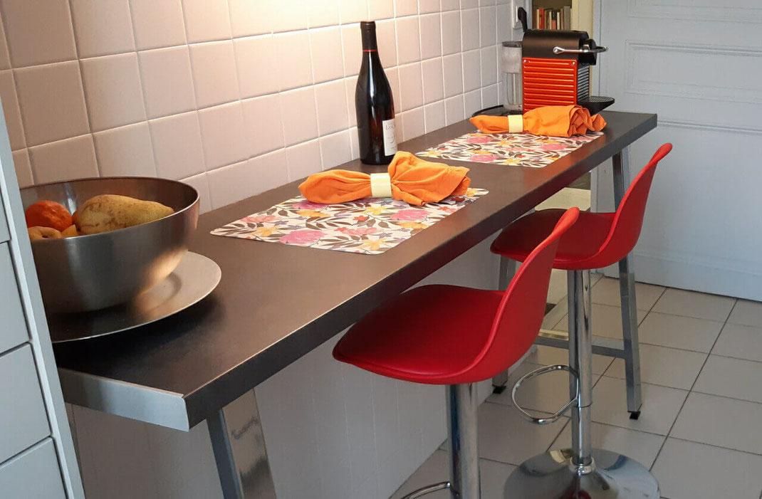 pied de table design pour cuisine aspect inox