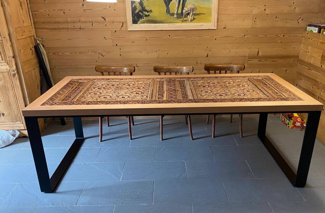 Porte exceptionnelle transformée en table avec un pied de table sur-mesure coloris noir.