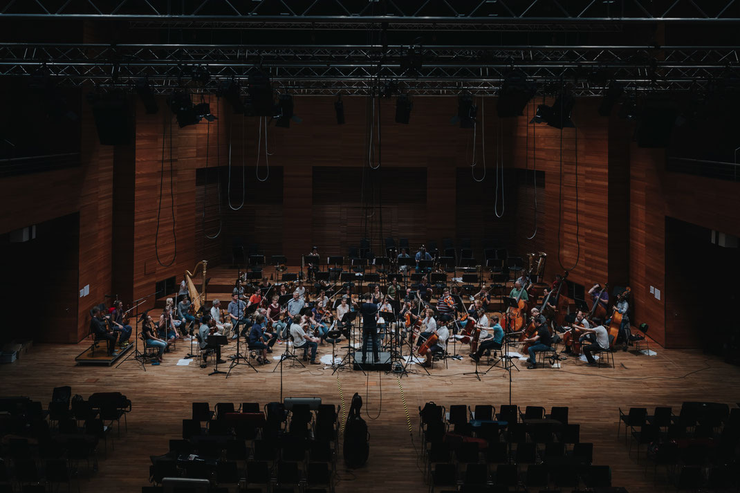 Orchestra of the Weimarer Staatskapelle and the conductor Christian Schumann at the Weimarer Halle.