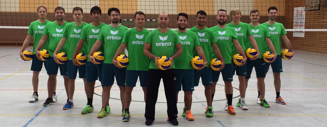 Janik Schwedler (vierter von rechts) begeistert sich neben Inlinehockey auch für die Sportart Volleyball. Hier sieht man ihn im Kreise seiner Mannschaft (TV Königstädten).