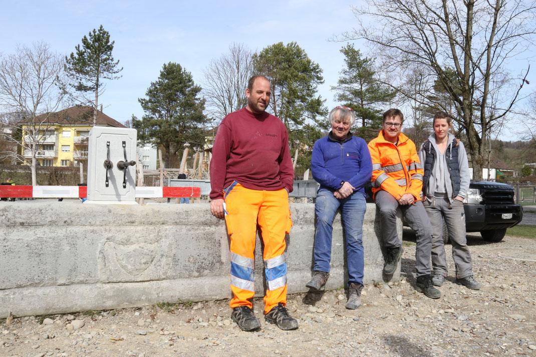 Von links: Marcel Kobi (Wasserversorgung), Ueli Gantner (Bildhauer), Jakob Surber (Wasserversorgung), Katharina Hofmann (Bildhauerin)