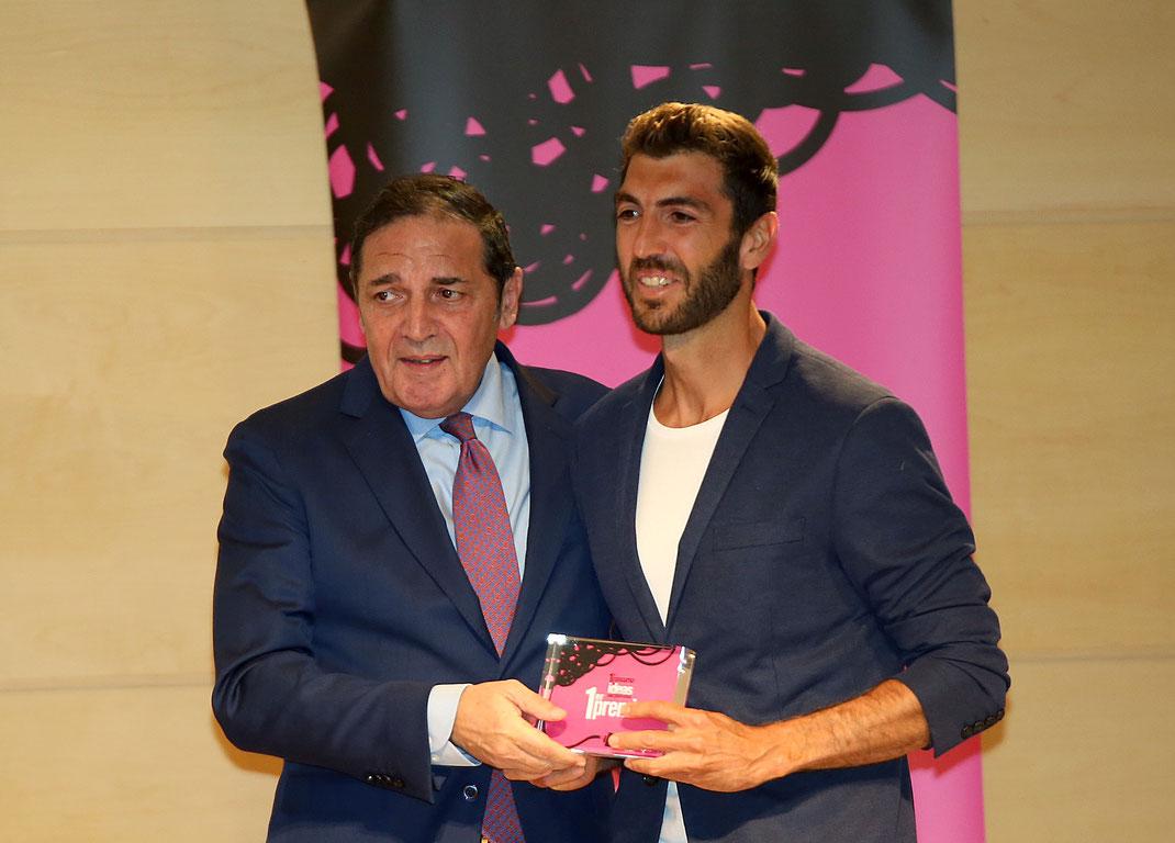 Fran López recibiendo el primer premio del Concurso de ideas de SacylInnova con el Dispositivo de Apertura de Fluidos Endovenosos, DAFE