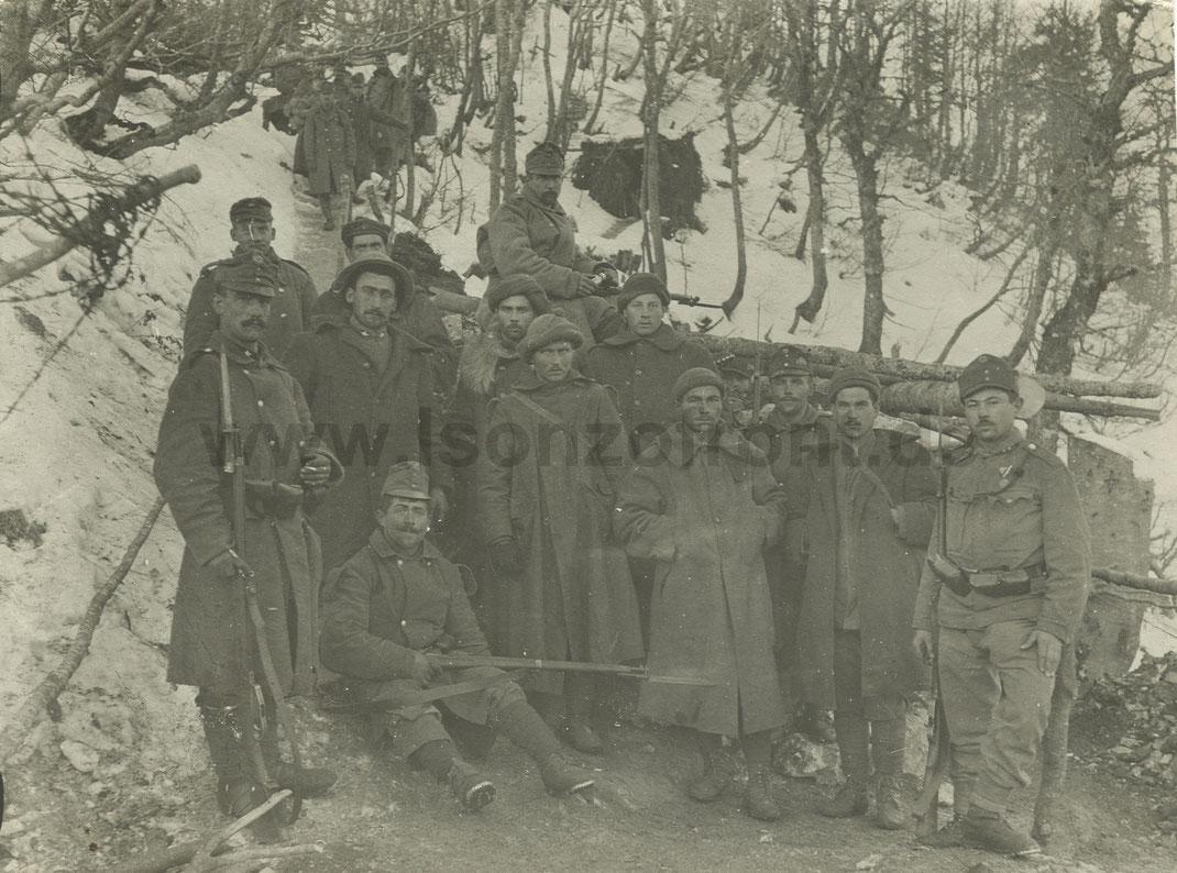 Die Männer des erfolgreichen Kommandos am Javoršček mit den Gefangenen. Sammlung www.Isonzofront.de