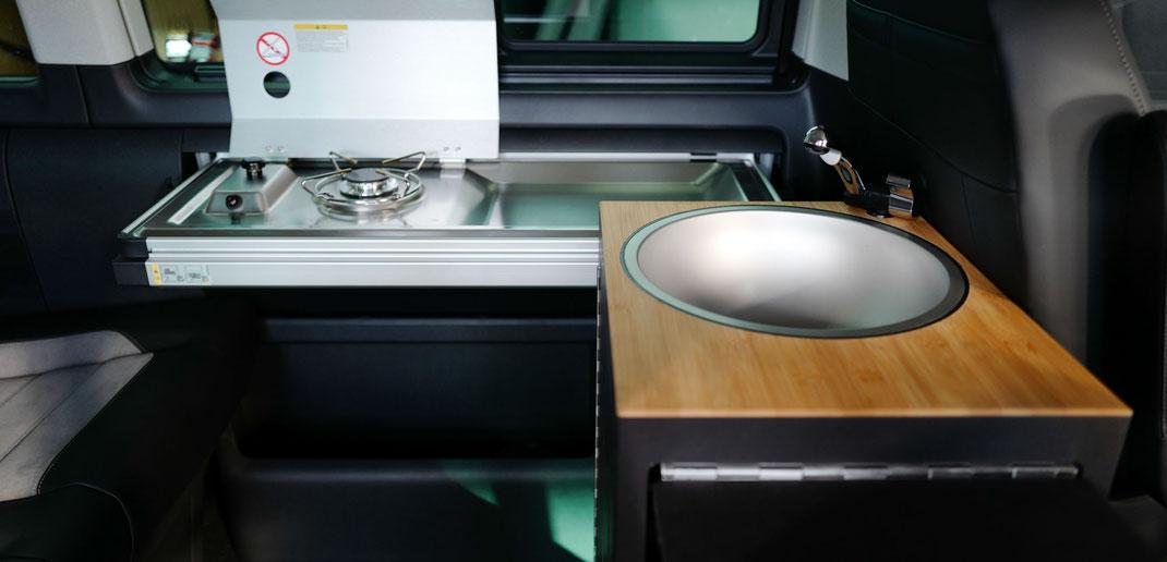 Innenraummodul mit Becken, Stauraum und Klapptisch als Ergänzung zur VW Miniküche