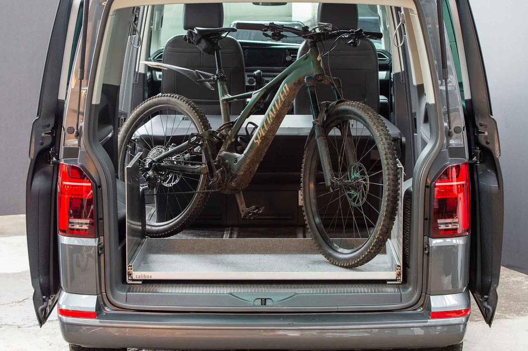 Zum Laden hoher Gegensände kann die Ablage entfernt werden (Hier ein E-Bike Rahmengröße XL)