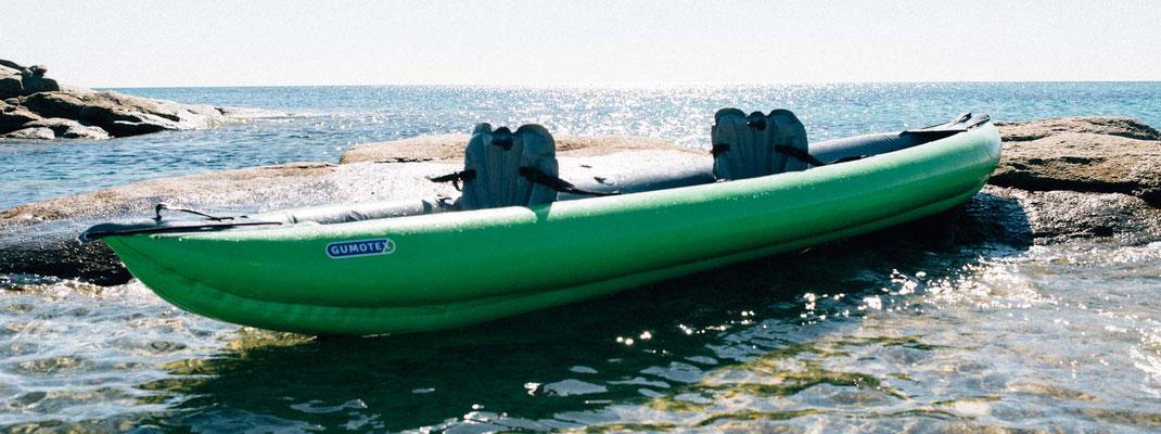 Schlauchkajak mit zwei sitze am Meer