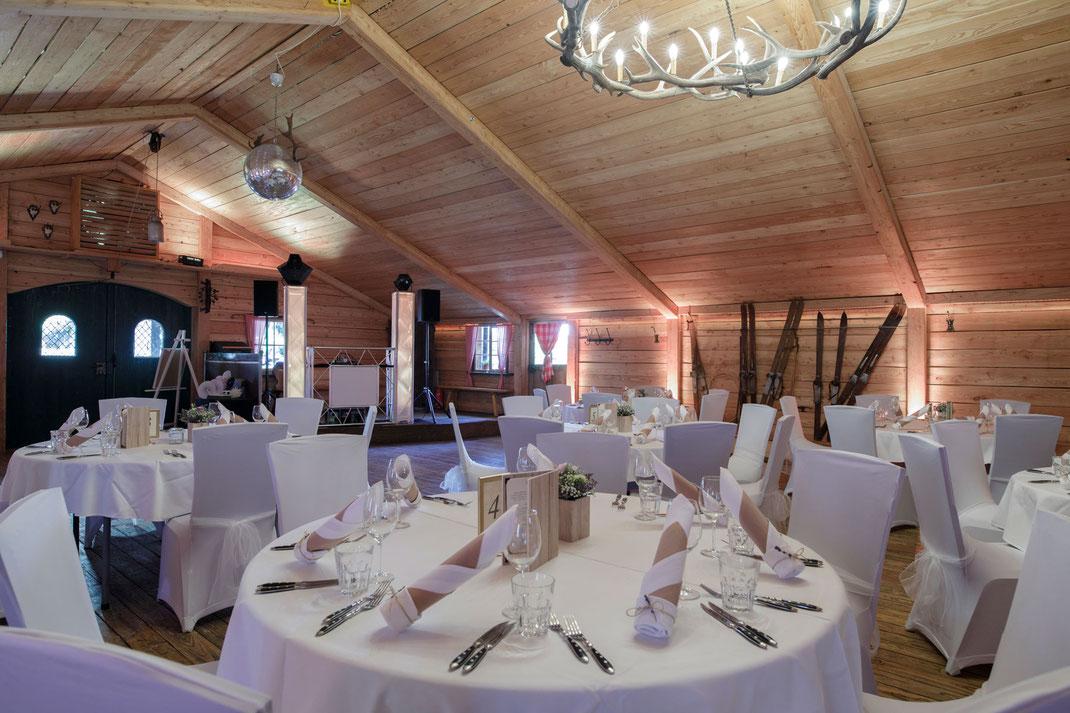 Feiern im Kirchheimer Hirschenstadl - Die Version mit runden Tischen an denen maximal 8 Personen Platz finden.
