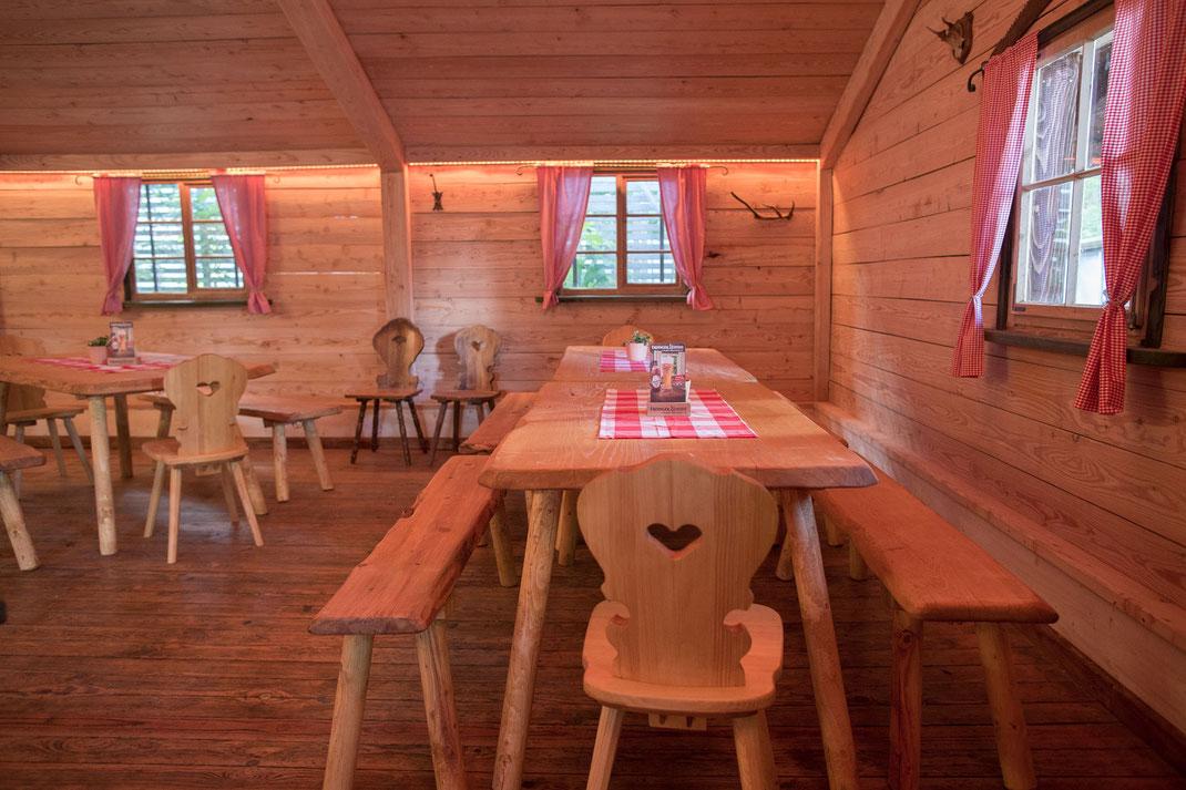 Feiern im Kirchheimer Hirschenstadl - 2. Die urige und rustikale Version mit handgemachten Holzmöbeln (mit und ohne Tischläufer), ebenfalls für maximal 8 Personen..