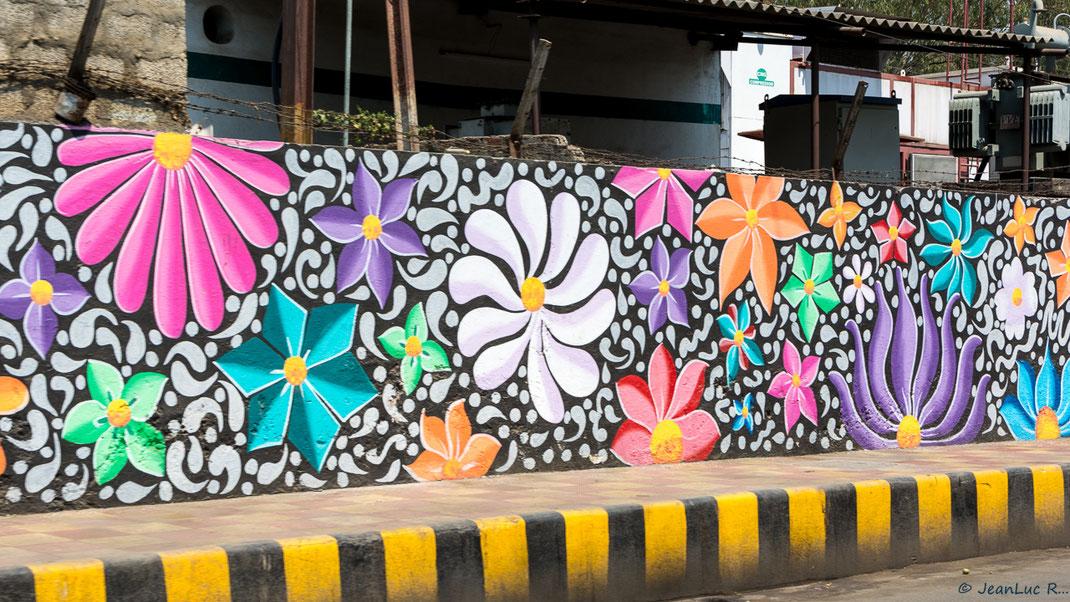 La signalétique noire et jaune des trottoirs est propre à l'Inde (peinture murale à Vijayawada / Andhra Pradesh).