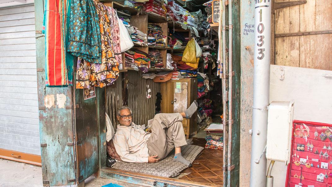 Marchand de tissus dans la vieille ville d'Ahmedabad (Gujarat - Inde).