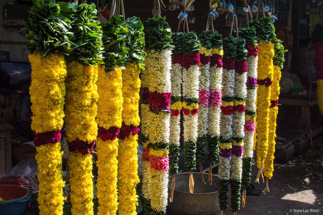 Guirlandes de fleurs que les Indiens du Sud (Tamil Nadu) offrent à leurs divinités. Ces guirlandes sont confectionnées avec des roses d'Inde, des œillets et des fleurs de jasmin.