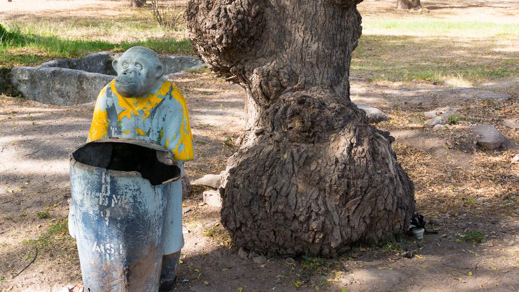 Poubelle dans un jardin public près de la ville de Bhuj (Gujarat / Inde).