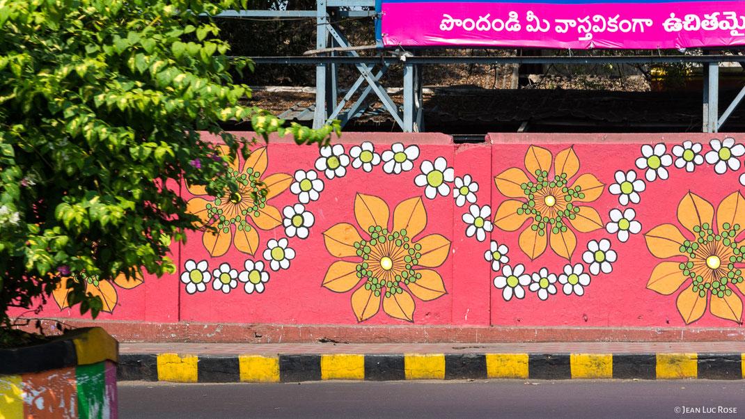 La signalétique noire et jaune des trottoirs n'est pas une spécificité de Vijayawada, mais de toutes les villes indiennes.