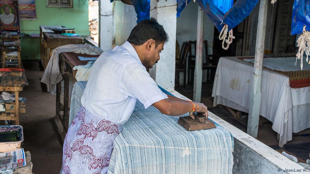Première étape dans l'impression d'un kalamkari traditionnel (Atelier dans le sud de l'Inde, dans l'État du Télangana)