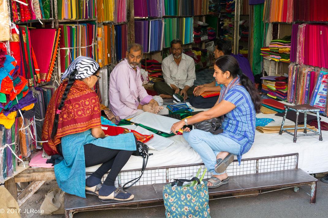 Boutique de tissus à Jaipur, ouverte sur la rue (Jaipur / Inde).