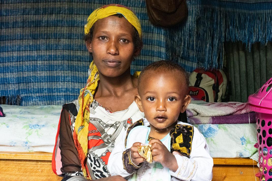 Strahlende Augen – nicht nur bei ilanga-Gründerin Annemarie, sondern auch bei den unterstützten Müttern und ihren Kindern.