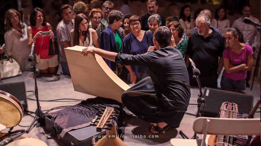 Momento después de un concierto. El público se acerca para ver los instrumentos, hacer preguntas, compartir ideas, etc.