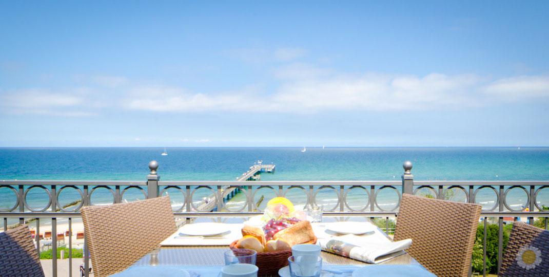 Terrasse mit gedecktem Tisch und Ausblick