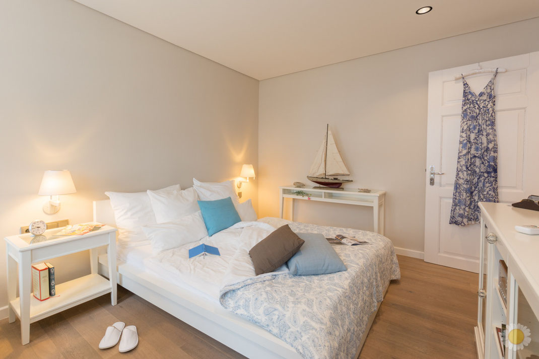 Schlafzimmer Bett mit buch und Kissen gemütlich Foto FeWo
