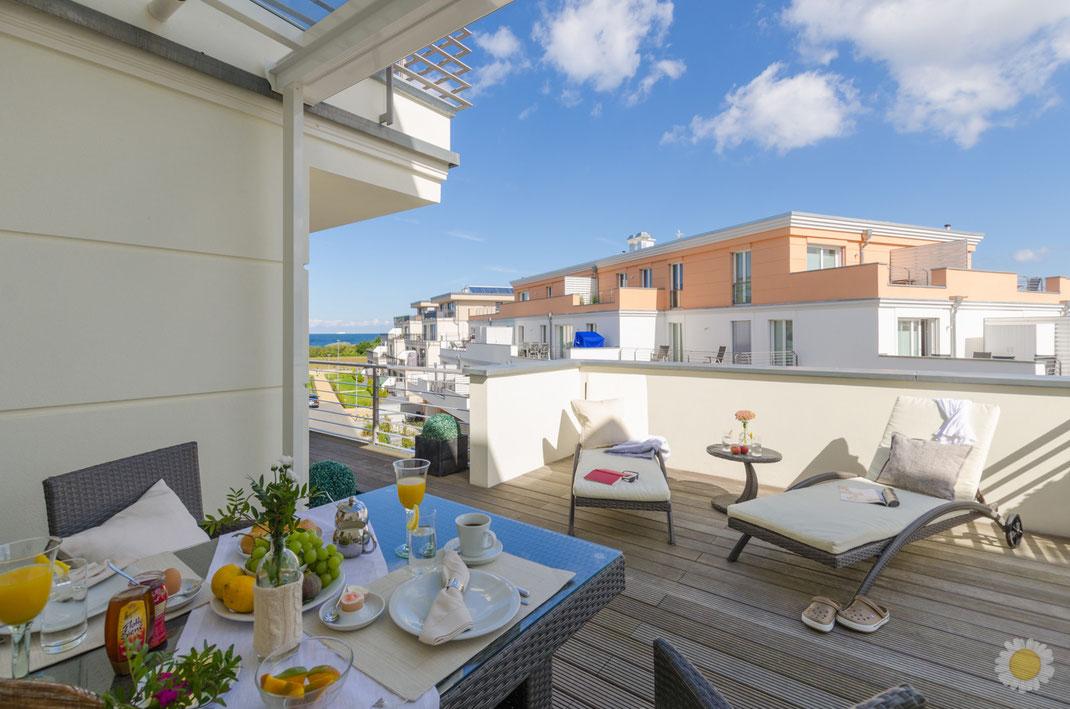 Ferienwohnung-Fotoservice.de Terrasse Ferienapartment Börgerende mit gedecktem Frühstückstisch