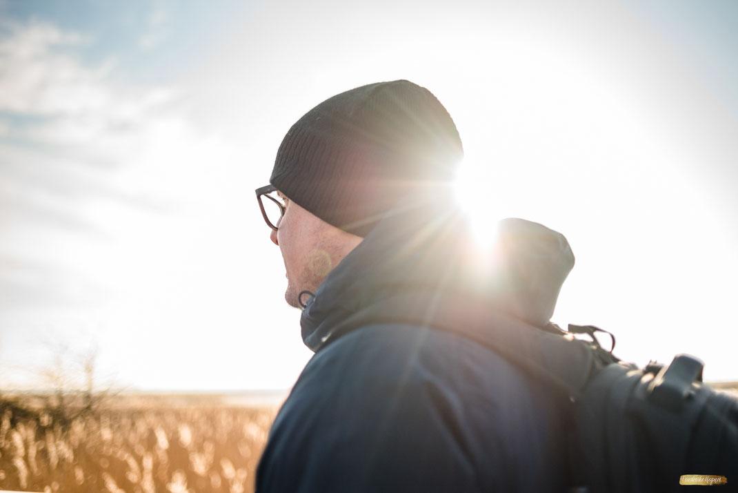 Ferienwohnung-Fotoservice.de explore erlebe Urlaub Mann beim wandern an der Ostsee Bodden