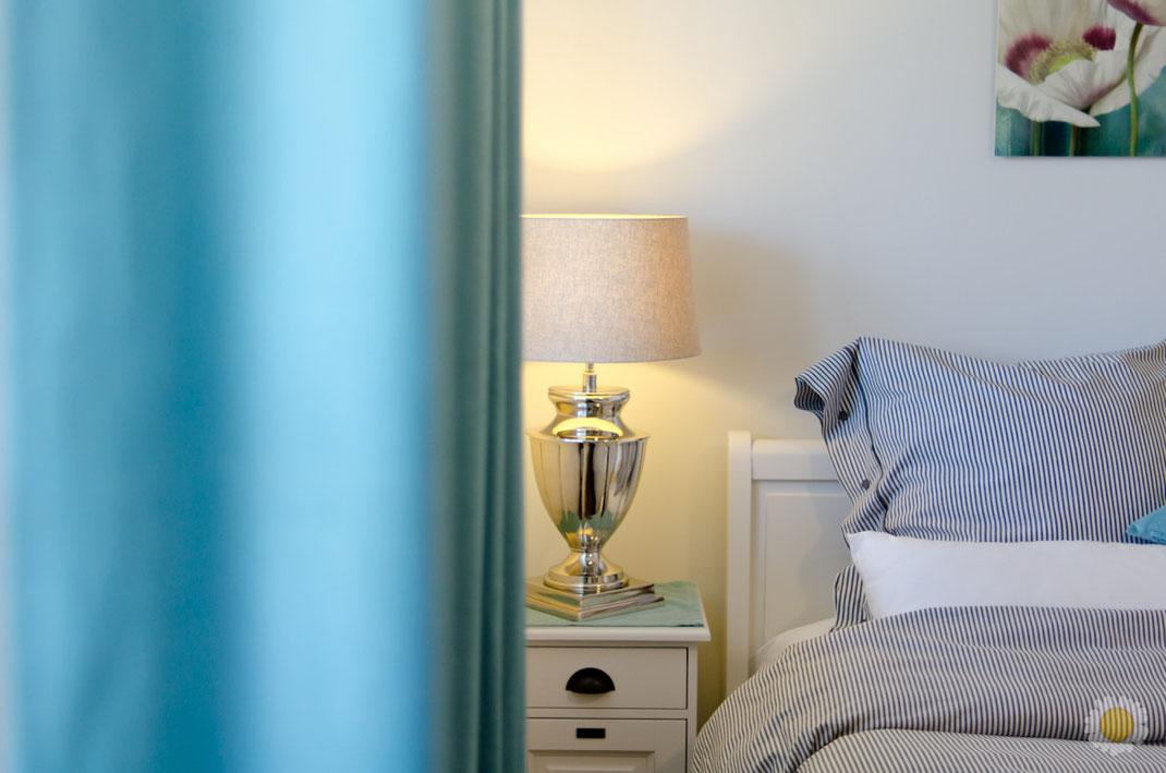 """Ferienwohnung-Fotoservice.de Ferienwohnung in Börgerende Bett und Nachttischlampe """"Sanddorn No.2"""""""