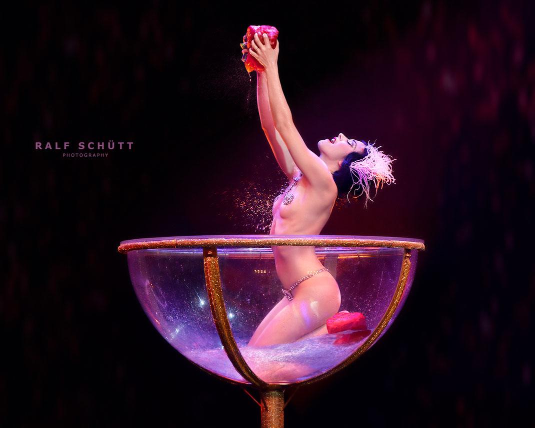 Louise de Ville - Champagne Bath © Ralf Schütt Photography